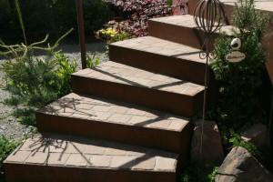 Knebel-Garten: Treppenstufen mit Cortenstahl